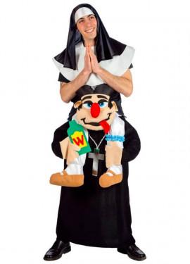 Disfraz de Cura llevando a Monja para adultos