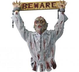 Zombie Encadenado con Panel de Advertencia para Halloween